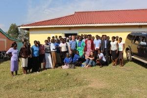Die Gesundheitsministerin und die Ministerin für Bildung, Jugend, Kultur und Soziales von Kisumu County mit dem Make Me Smile Kenya Vorstand und unserem Team von Kinder- und JugendbetreuerInnen!